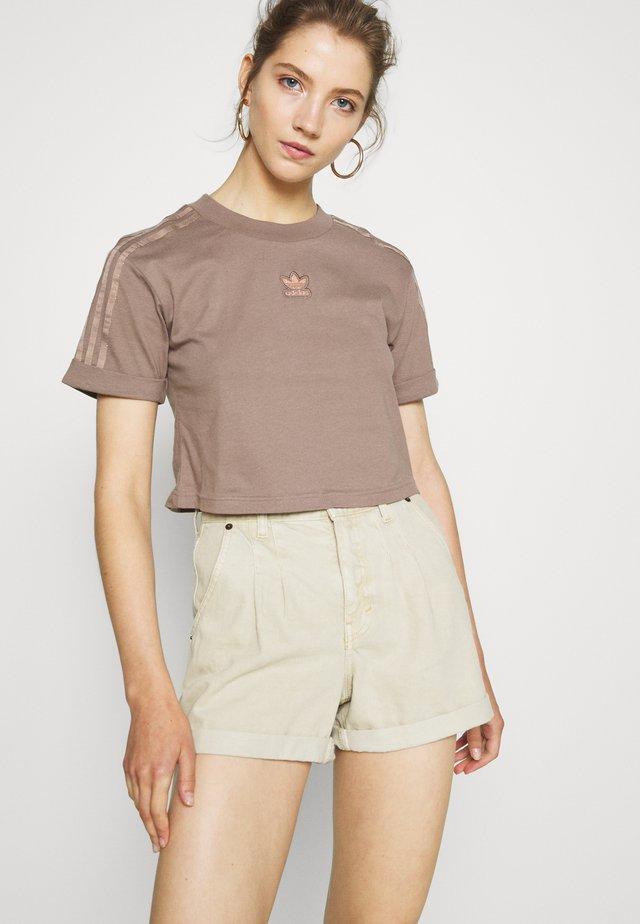 CROPPED - T-shirt imprimé - trace brown