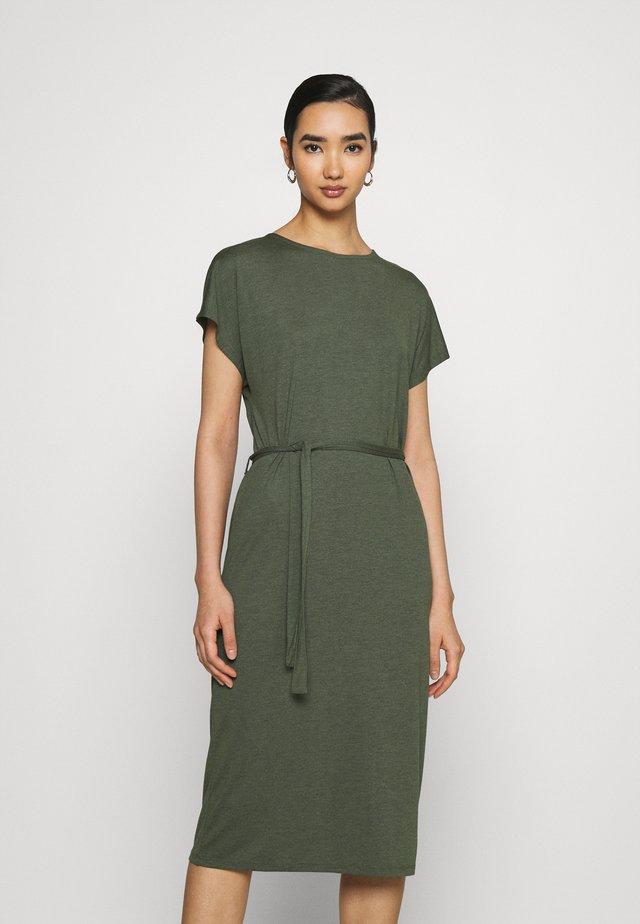 JDYURBAN GABRIELLA BELT DRESS - Jerseykjole - kalamata