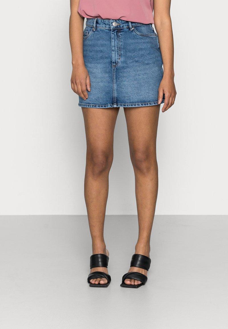 ONLY Petite - ONLROSE LIFE ASHAPE - Mini skirt - medium blue denim