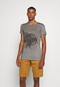 Tigha - EAGLE WREN - Print T-shirt - vintage grey - 0