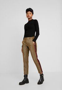 Scotch & Soda - TAPERED PANTS WITH SIDE PANEL - Kalhoty - olive - 1