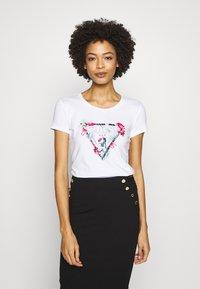 Guess - LORY TEE - Camiseta estampada - blanc pur - 0