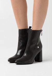ONLY SHOES - ONLBRODIE ZIP BOOT  - Kotníkové boty - grey - 0