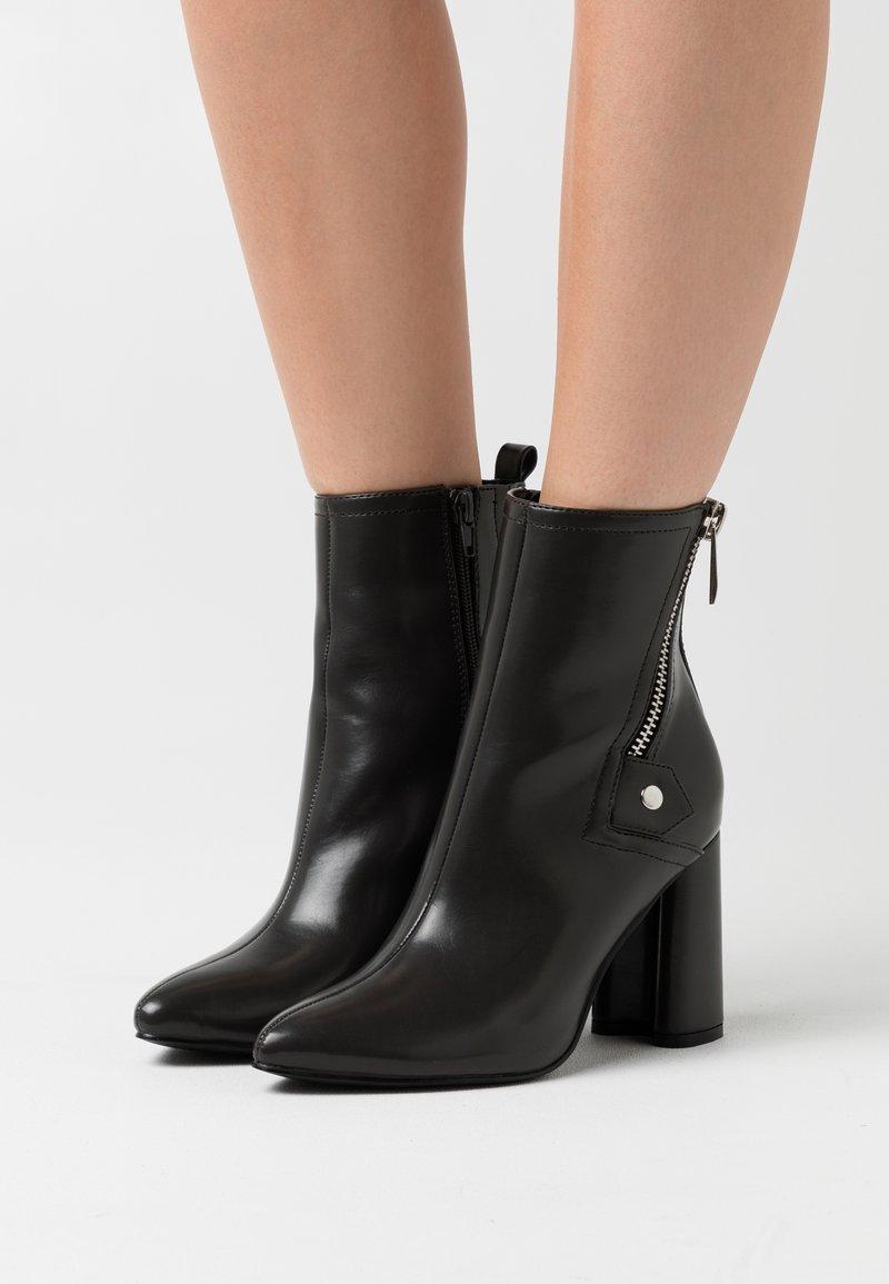 ONLY SHOES - ONLBRODIE ZIP BOOT  - Kotníkové boty - grey