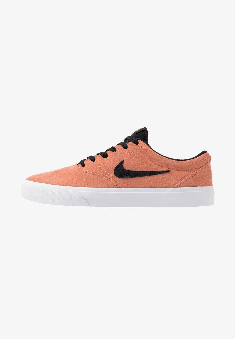 Nike SB - CHARGE UNISEX - Sneakers laag - terra blush/black