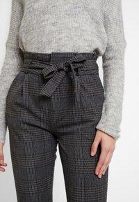 Vero Moda - VMEVA PAPERBAG CHECK PANT - Pantalones - dark grey melange/grey/brown - 5