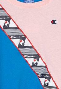 Champion - ROCHESTER BRAND MANIFESTO CROP - Triko spotiskem - royal blue/light pink - 2
