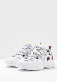 Tommy Hilfiger - CITY VOYAGER CHUNKY SNEAKER - Baskets basses - white - 4