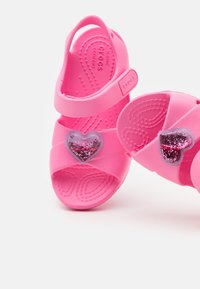Crocs - CLASSIC CROSS STRAP CHARM - Pool slides - pink lemonade - 5
