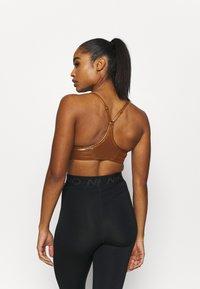 Nike Performance - INDY SHIMMER BRA - Sports bra - gold/tawny/metallic gold - 2