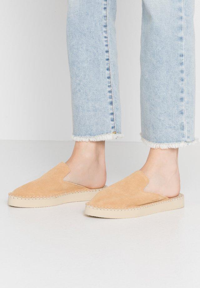 ORIGIINE PLATFORM - Pantolette flach - sand grey