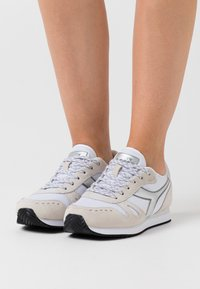 Diadora - SIMPLE RUN  - Zapatillas - white - 0