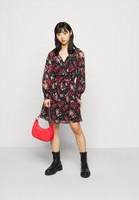 VILA PETITE - VIBROOKLY DRESS PETITE - Denní šaty - black/jester red - 1