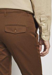 DRYKORN - KILL - Chino kalhoty - braun - 5