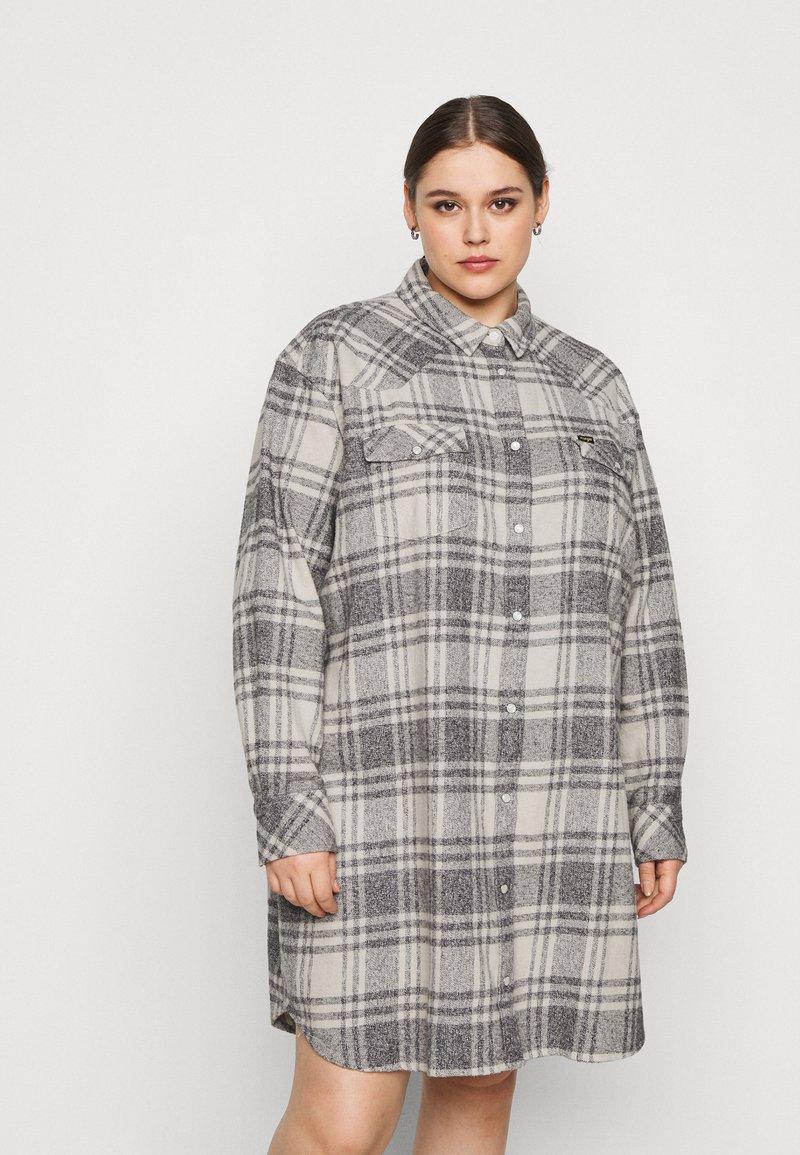 Wrangler Plus - OVERSHIRT DRESS - Košilové šaty - whisper white