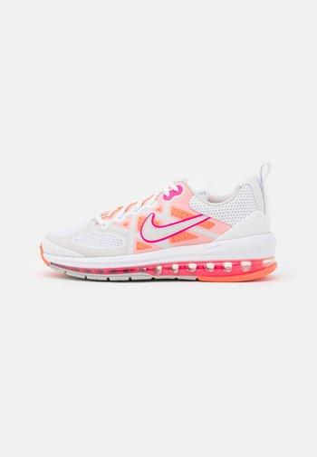 AIR MAX GENOME - Zapatillas - white/platinum tint/bright mango/hyper pink/grey fog