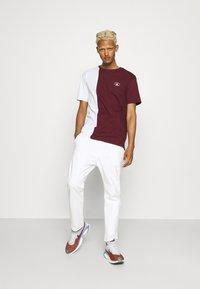 Newport Bay Sailing Club - SPLIT - Print T-shirt - burgundy/white - 1