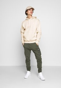 Nike Sportswear - CLUB HOODIE - Luvtröja - light bone/white - 1