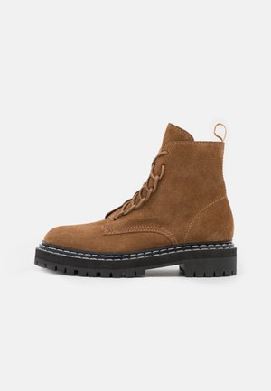 COMBAT LACE UP BOOT - Botines con plataforma - brown