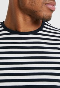 Only & Sons - ONSJAMIE LIFE SS STRIPE REG TEE NOO - Print T-shirt - dark navy - 4