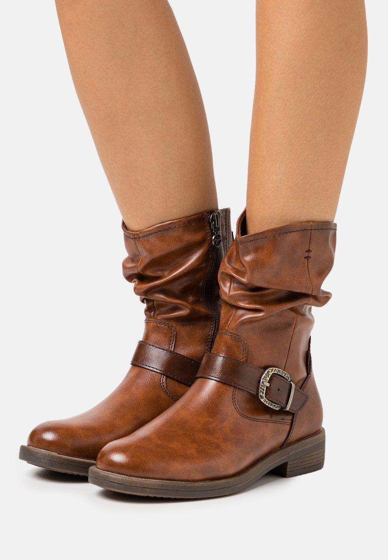Tamaris - BOOTS - Stiefel - brandy