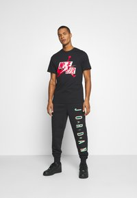 Jordan - CLASSICS CREW - T-shirt con stampa - black/gym red/white - 1