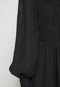 Victoria Beckham - LONG SLEEVE SMOCKED MIDI - Denní šaty - black - 8