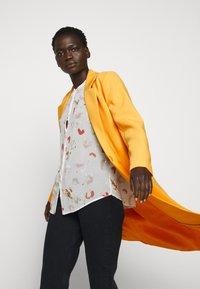Bruuns Bazaar - FLORAS ALANNA COAT - Kåpe / frakk - orange glow - 6
