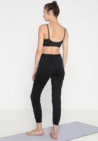 Filippa K - SHINY TRACK PANTS - Teplákové kalhoty - black - 2