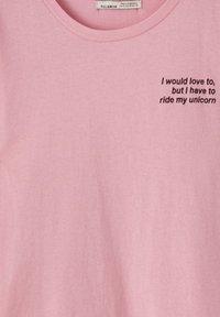 PULL&BEAR - KONTRASTIERENDEM SLOGAN - Print T-shirt - rose - 2