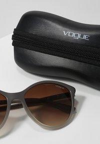 VOGUE Eyewear - Sluneční brýle - opal grey/gradient grey - 3