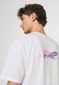 adidas Originals - LOGO TEE UNISEX - T-shirt imprimé - white - 3