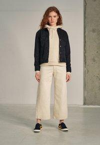 Levi's® - WELLTHREAD RIBCAGE CROP WIDE - Flared Jeans - BREAKING WAVE ECRU HEMP B W - 3