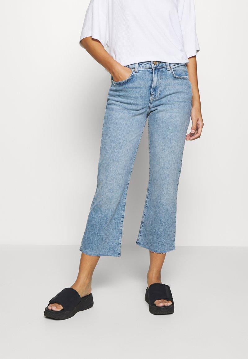 Pieces Petite - PCANE KICK - Flared jeans - light blue denim