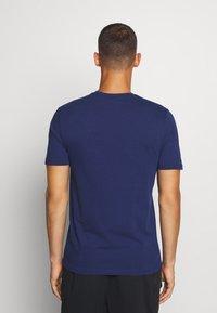 Fanatics - MLB NEW YORK YANKEES ICONIC PRIMARY LOGO GRAPHIC  - T-shirt z nadrukiem - navy - 2