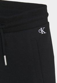 Calvin Klein Jeans - HERO LOGO - Teplákové kalhoty - black - 2
