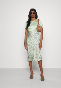 Missguided - CUT OUT BACK TIE CROP - Print T-shirt - sage - 1