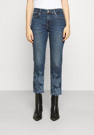THE STRAIGHT CROP ADORE WITH FLOWER HEM - Straight leg jeans - dark blue