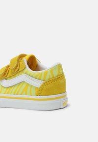 Vans - OLD SKOOL UNISEX - Trainers - zebra/yellow - 4