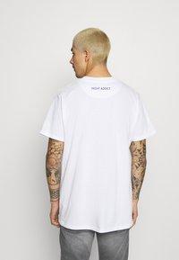 Night Addict - TIME UNISEX - T-shirt med print - white - 2