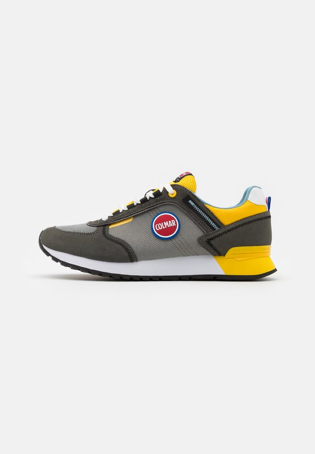 TRAVIS RUNNER - Baskets basses - grey/yellow