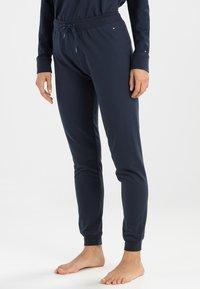 Tommy Hilfiger - ICONIC TRACK PANT - Pyjama bottoms - navy blazer - 0