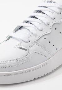 adidas Originals - SUPERCOURT - Matalavartiset tennarit - footwear white/core black - 8