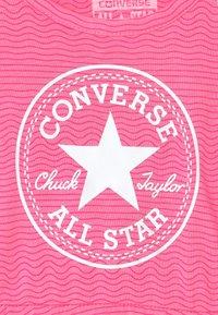 Converse - PRINTED COVER SET - Žerzejové šaty - pink glow - 3