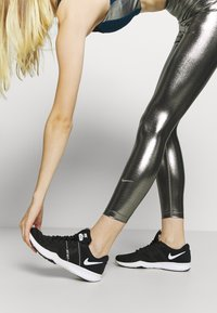 Nike Performance - ONE - Leggings - black/metallic gold - 3