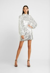 Nly by Nelly - HIGH NECK SEQUIN DRESS - Vapaa-ajan mekko - silver - 2