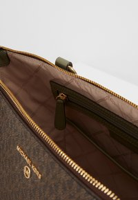 MICHAEL Michael Kors - SULLIVAN TOTE - Handbag - army green - 3