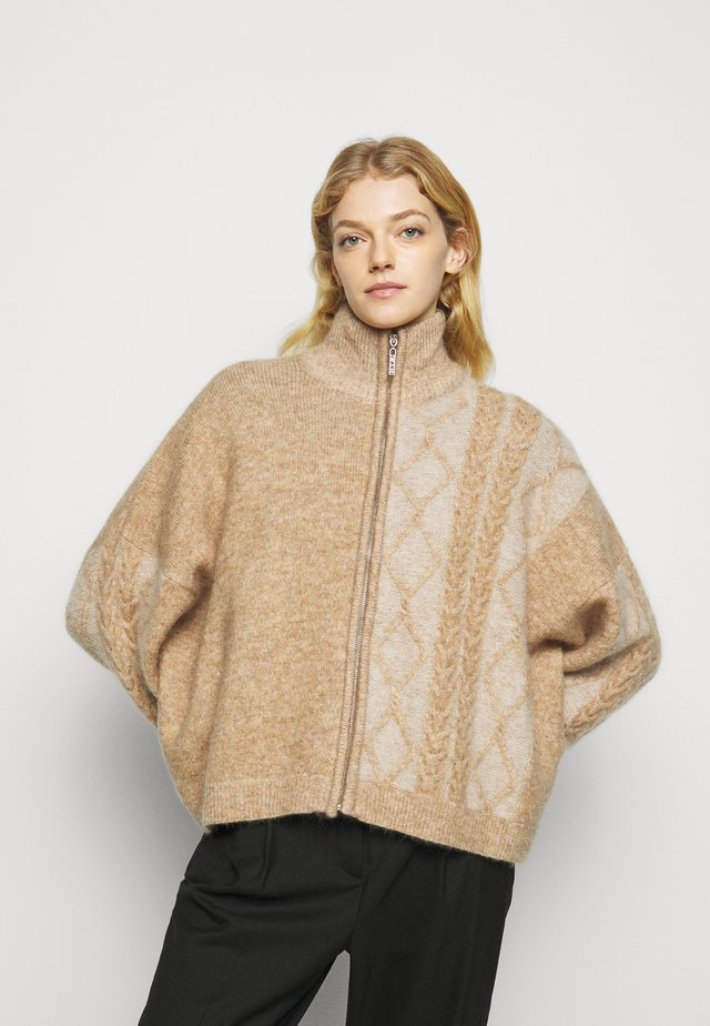 TINE CABLE  - Gilet - camel