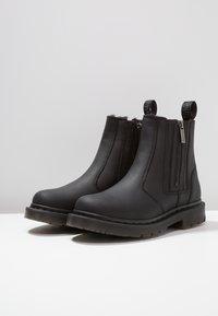 Dr. Martens - 2976 ALYSON ZIPS SNOWPLOW - Kotníkové boty - black - 4