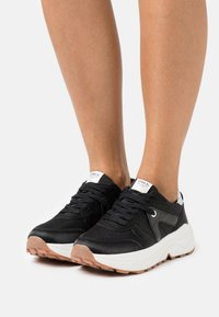 ONLY SHOES - ONLSYLVIE - Sneakersy niskie - black - 0